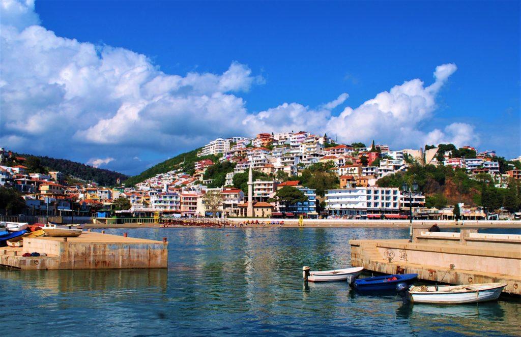 montenegro ulcinj mala plaza moschea dei pescatori barche in ormeggio