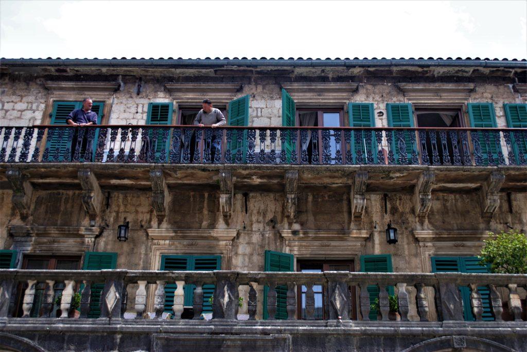 montenegro kotor palazzo tipico centro storico persiane verdi