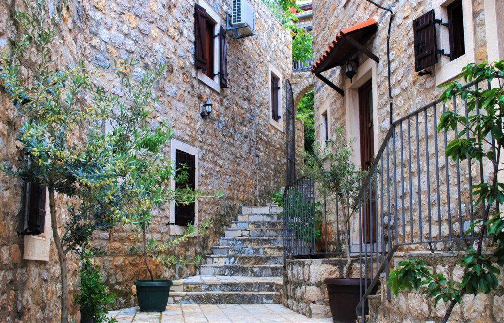 montenegro ulcinj città vecchia case in pietra