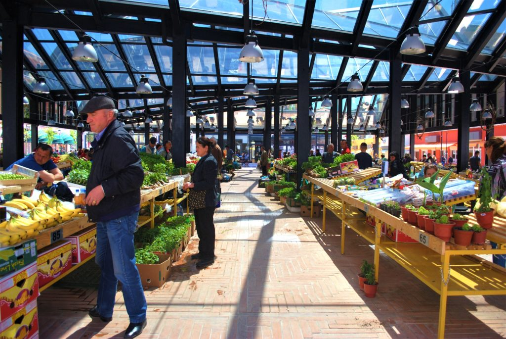 albania tirana il nuovo mercato pazari i ri frutta verdura