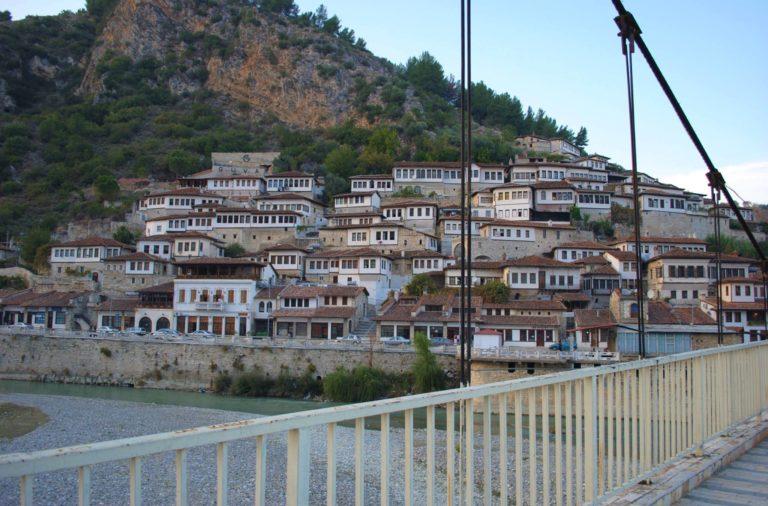 berat città dalle finestre sovrapposte patrimonio unesco albania