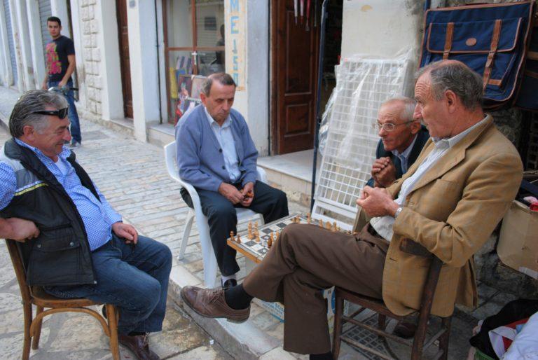 valona albania anziani che giocano a scacchi nel centro storico