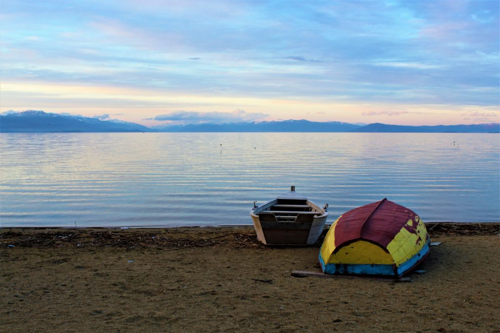albania lago di ohrid tushemisht pogradec tramonto barche colorate