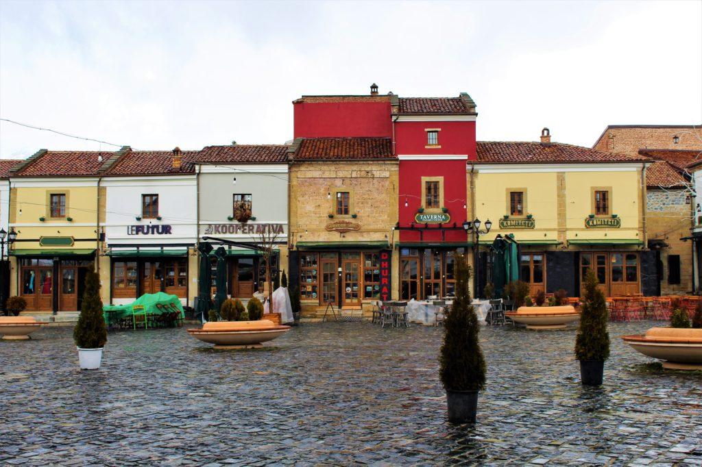 albania korça pazari i vjeter case colorate locali tipici