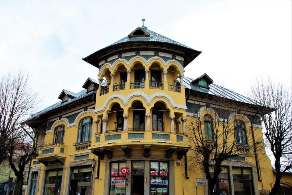 albania korça casa romena gialla architettura