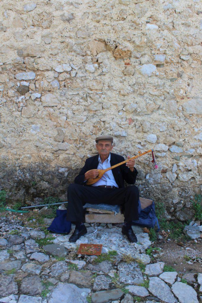 albania kruja castello signore suona çifteli