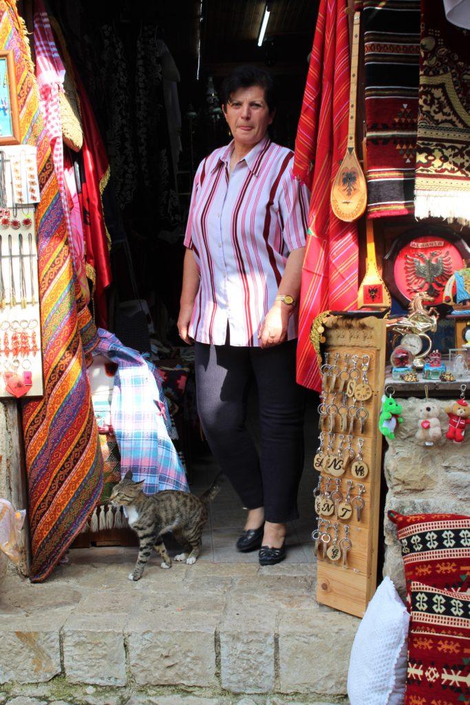 albania kruja pazar mercato gatto signora