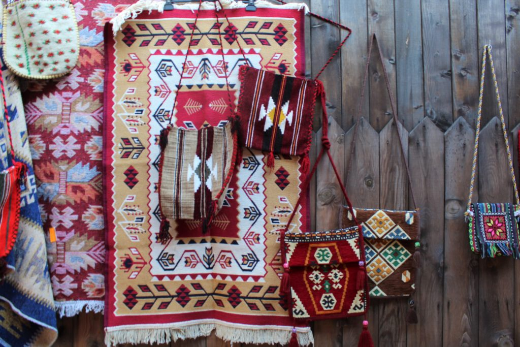 albania kruja pazar mercato souvenir tappeti