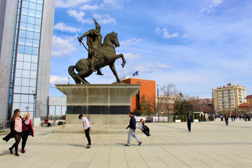 kosovo pristina bulevardi madre teresa statua skanderbeg skaters