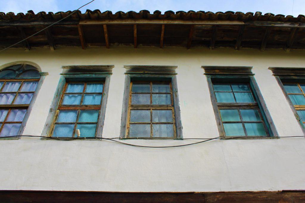 albania berat gorica facciata tipica finestre