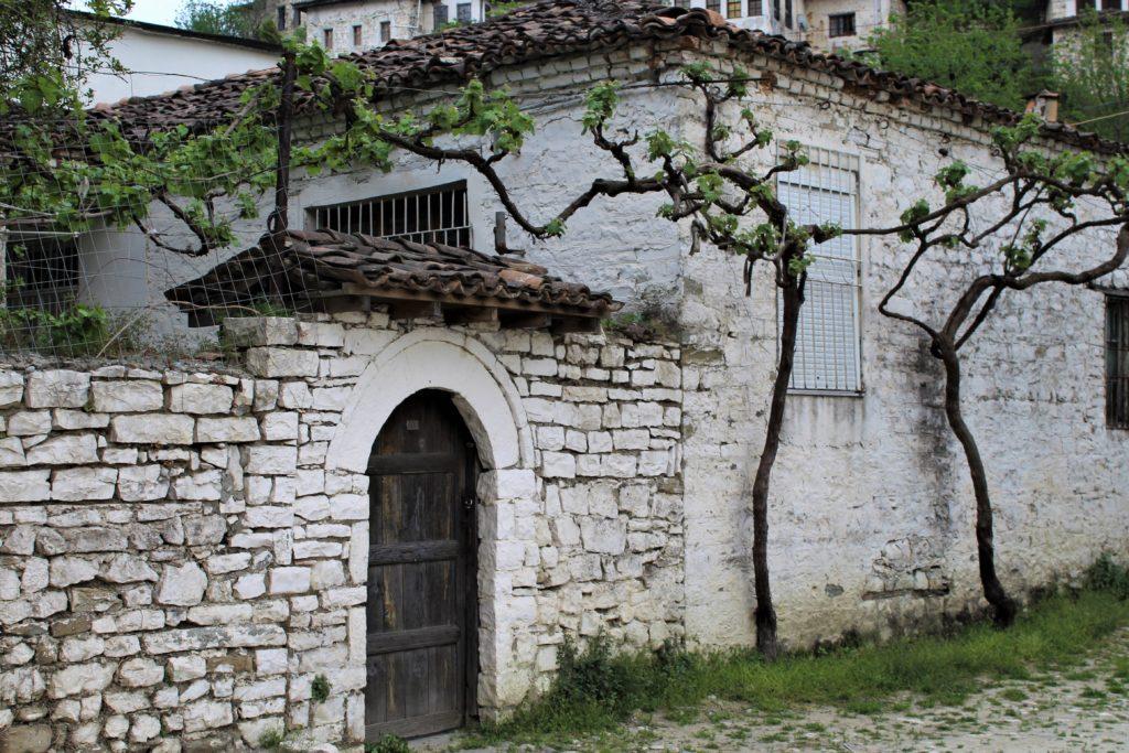 albania berat gorica casa in pietra porta in legno