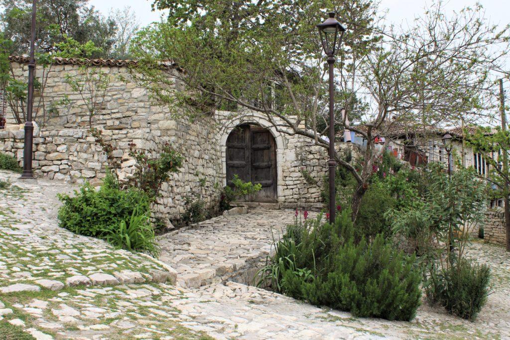 albania berat kalaja porta in legno
