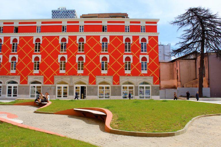 edifici colorati di rosso centro tirana