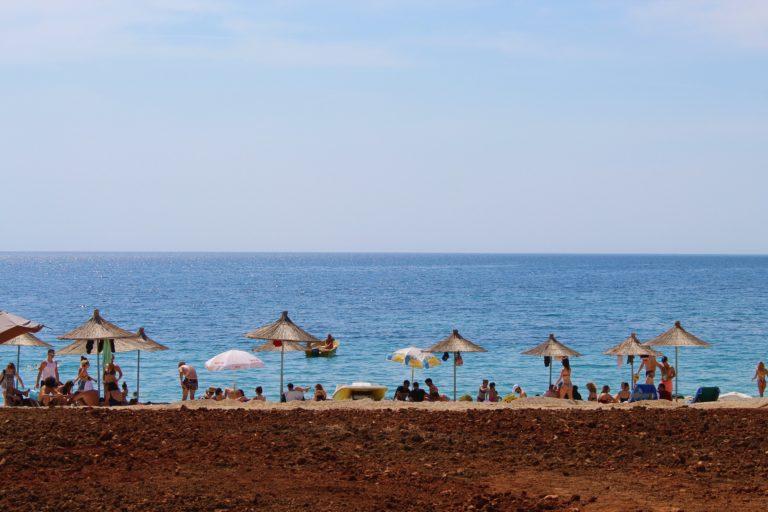 albania spiaggia di jalë blu rosso