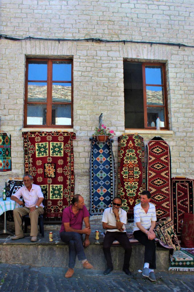 albania girocastro vecchio bazar tappeti tipici uomini che parlano
