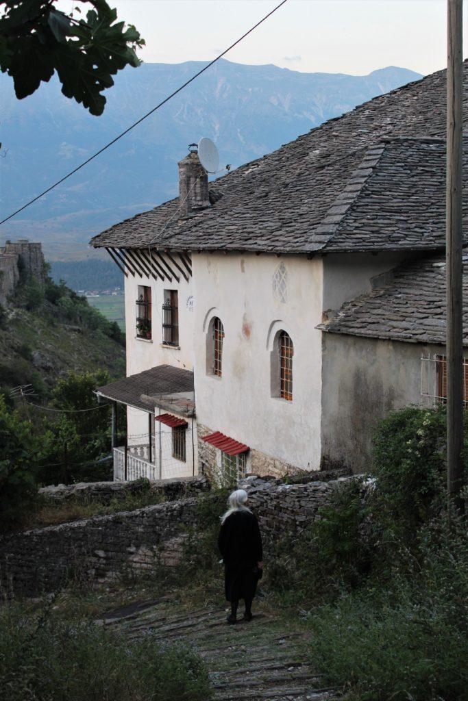 albania girocastro signora vestita di nero stradine in pietra
